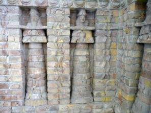 Inanna-Tempel, Uruk, Fassaden-Teil, Pergamonmuseum Berlin (Vergrößern: unten rechts klicken).